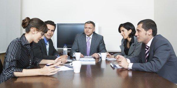דירקטורים בחברה בדיון בחדר ישיבות